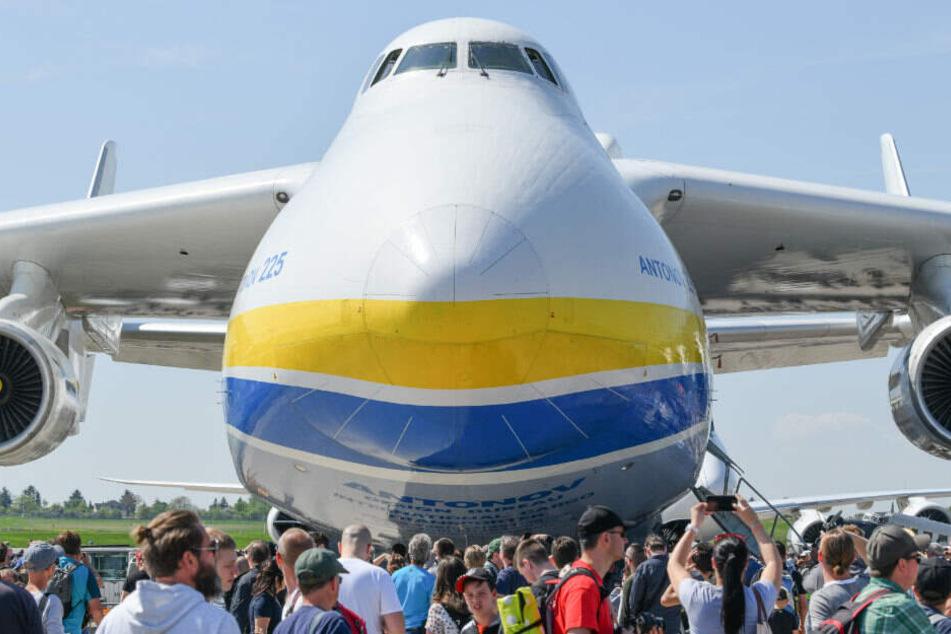 Besucher der ILA 2018 stehen vor dem Transportflugzeug Antonov An-225.