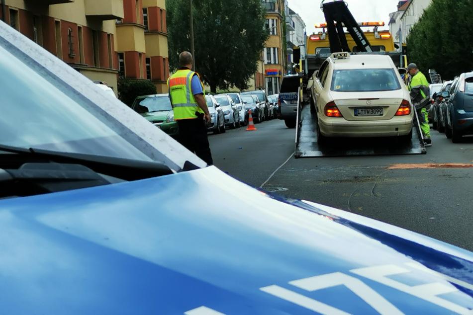 In Leipzig ist eine 81-Jährige mit dem Taxi ihres Sohns verunglückt.