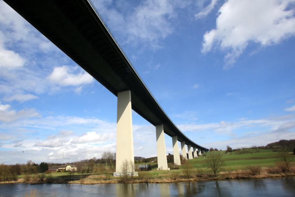 Die Ruhrtalbrücke, die Teil der Autobahn A 52 ist, am Stadtrand von Essen.
