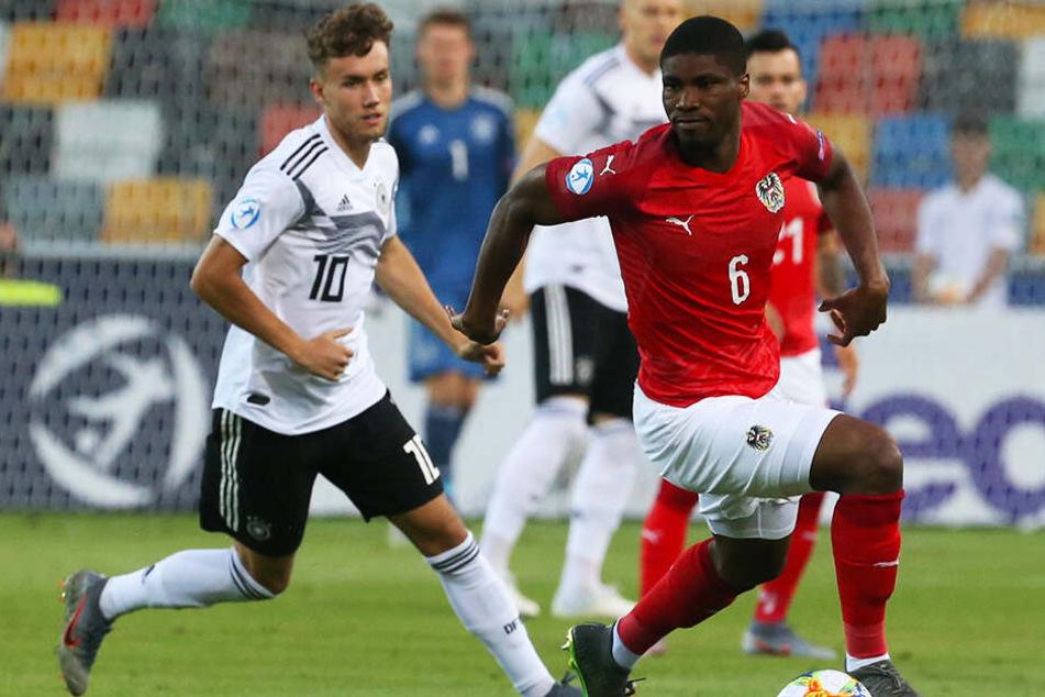 Die beiden Torschützen auf einem Bild: Luca Waldschmidt (l.) traf zum 1:0 für Deutschland, Kevin Danso per Elfmeter zum 1:1-Ausgleich für Österreich.
