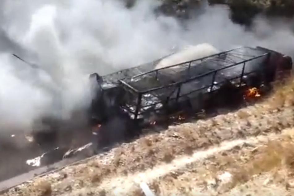Mehrere Fahrzeuge brannten infolge des Unfalls vollständig aus.