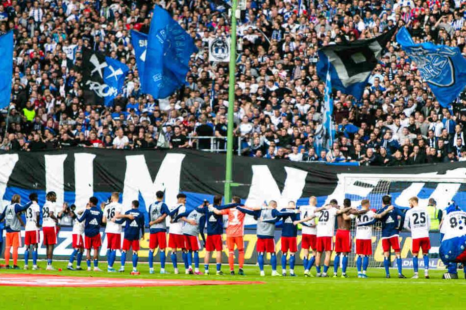 Nach der Partie ließ sich die HSV-Mannschaft von den Fans feiern.