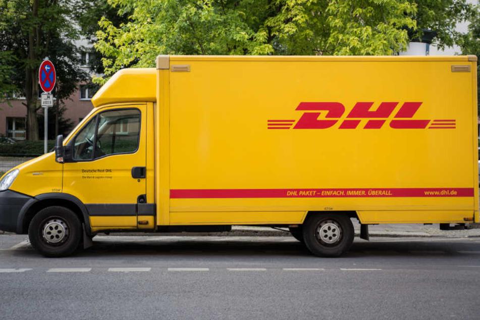 Ein DHL Transporter steht in Berlin am Straßenrand. (Symbolbild)