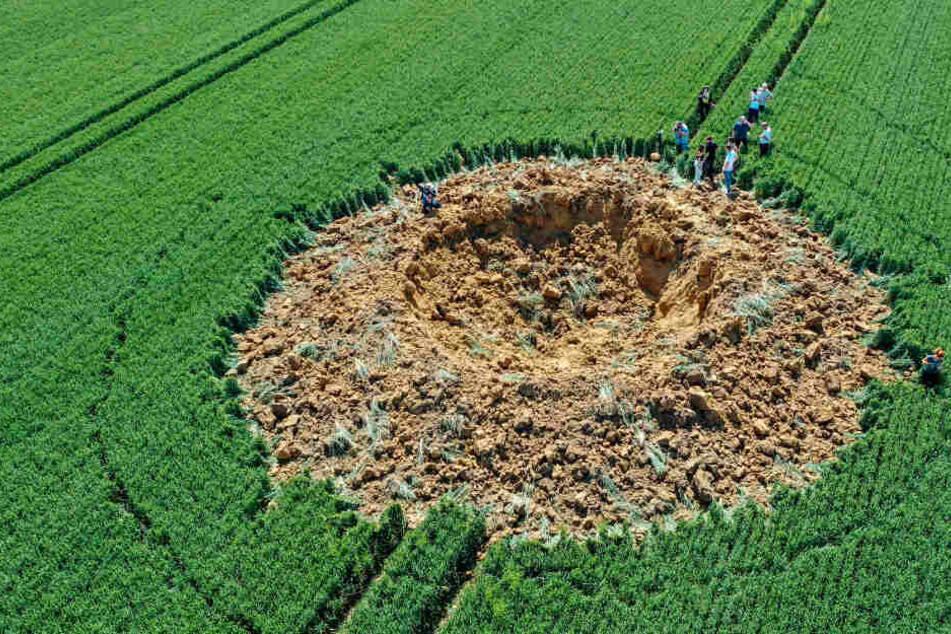 250 Kilo schwere Weltkriegsbombe explodiert und hinterlässt riesigen Krater