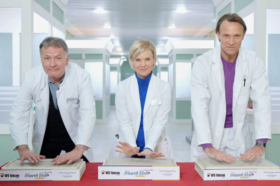 """V.l.n.r.: Thomas Rühmann, Andrea Kathrin Loewig und Bernhard Bettermann verewigen sich beim Friedensprojekt """"Signs of Fame""""."""