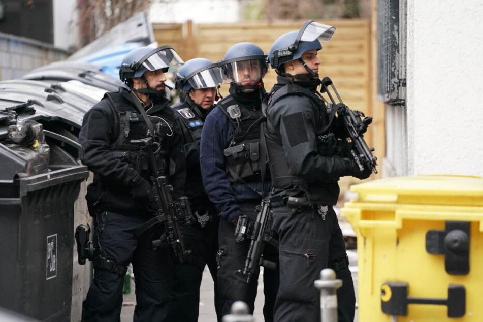 Polizisten in Schutzausrüstung sperren die Straßen um die Kreuzung Kochstraße Friedrichstraße in der Nähe des Checkpoint Charlie ab.