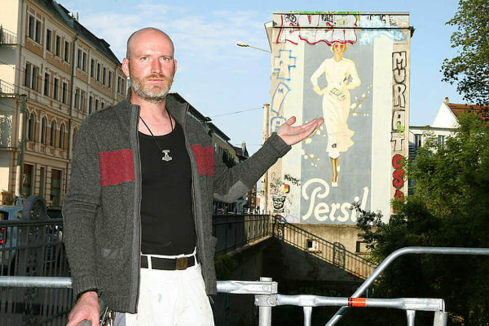 """Sebastian Haselbach (40) tut es weh zu sehen, wie die von seinem Vater 1993 sanierte Persilfrau schon wieder durch Graffiti """"verhunzt"""" wurde."""