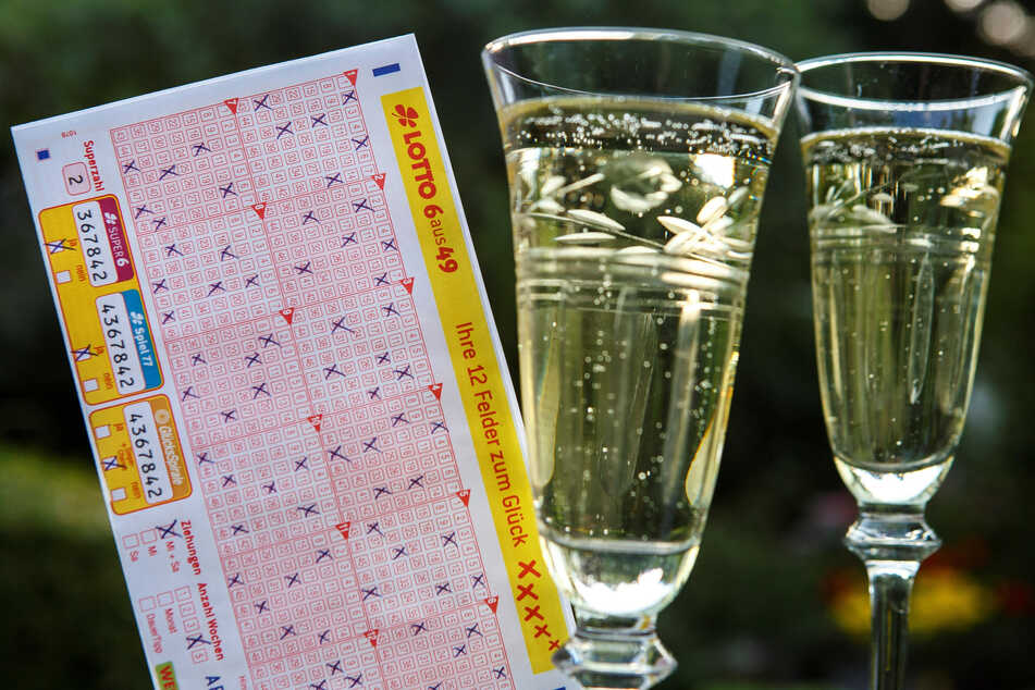 Gewinn und Verlust liegen bei Lotterien nah beieinander – hier entscheidet der Zufall, egal ob man Kreuze setzt oder mit einer Losnummer teilnimmt.