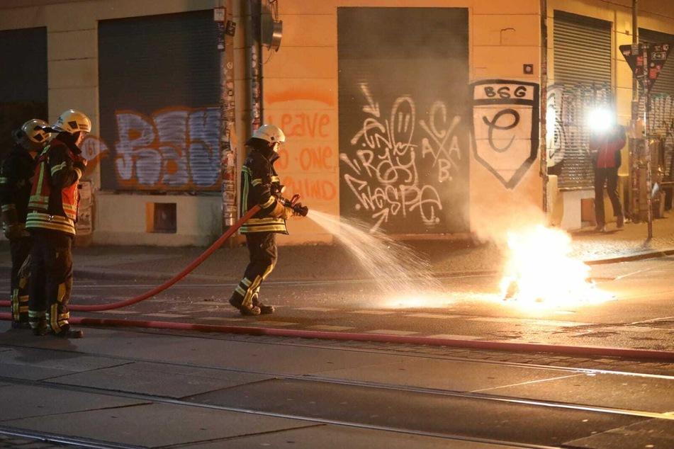 Zahlreiche Brände in Connewitz: Feuerwehr löscht mit Polizeischutz