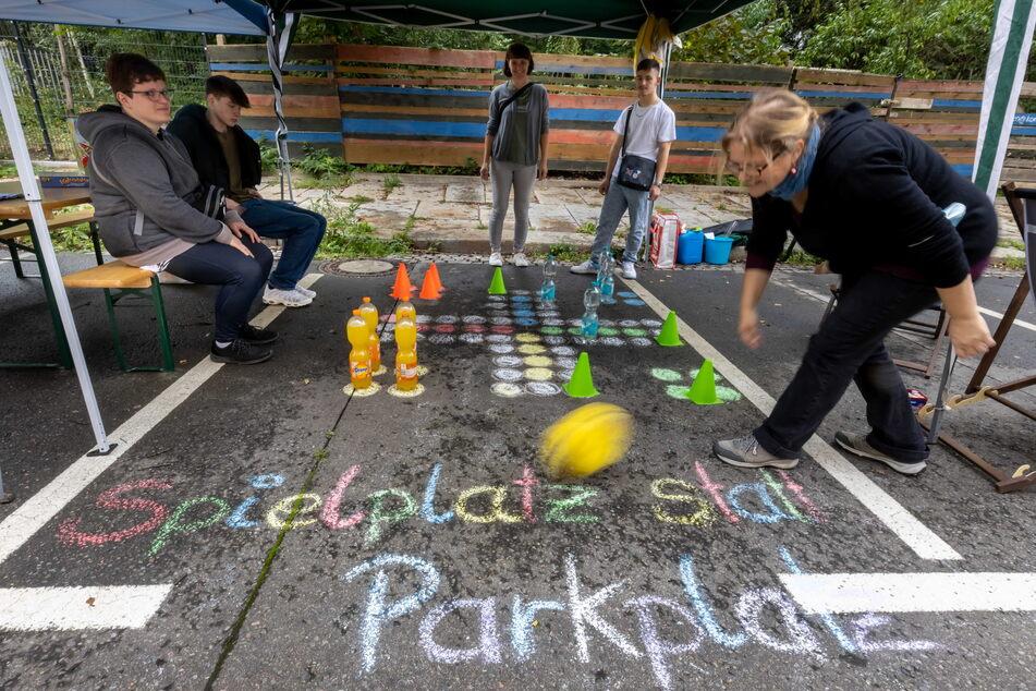 """Spielerischer Protest: Die """"Verkehrswendebündnis""""-Aktivisten haben am Freitag einige Parkplätze im Schlossviertel umfunktioniert."""