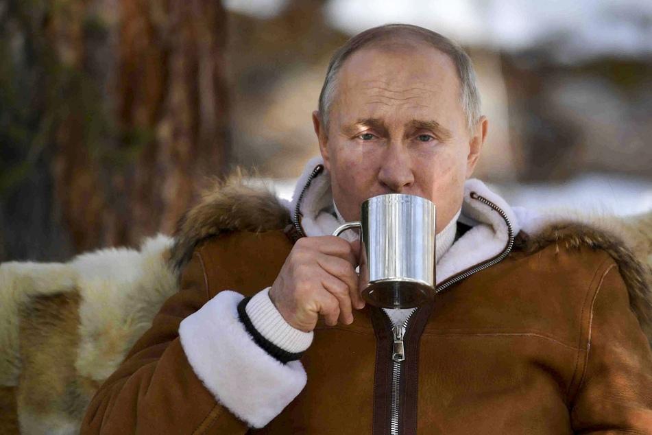 Lieber Abwarten und Tee trinken: Monatelang wollte sich Kremlchef Putin (68) nicht gegen Corona impfen lassen, präsentiert sich lieber medienwirksam bei einem Ausflug in Sibirien (Foto vom 21. März 2021).