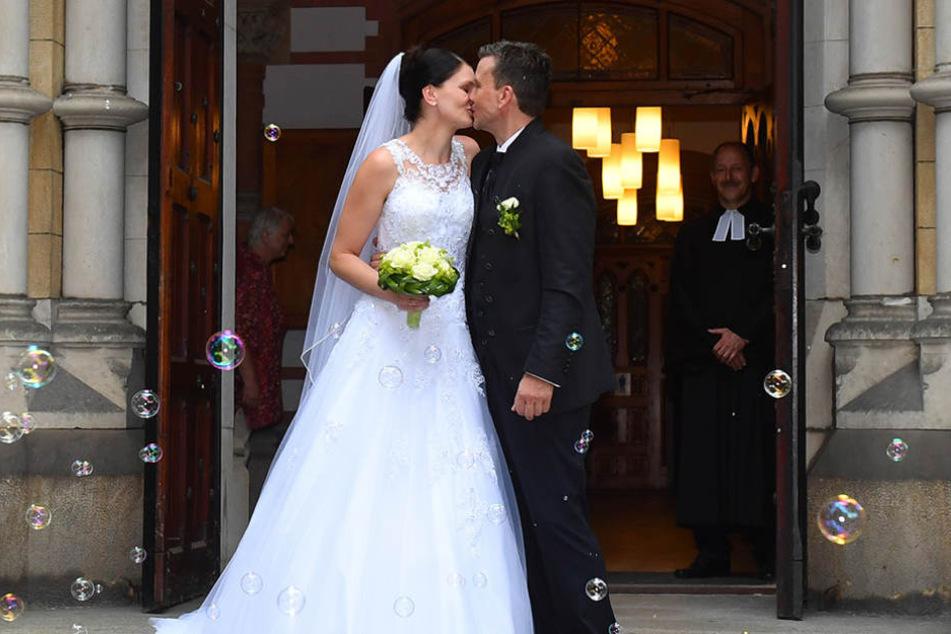 Mit einem Kuss ist (endgültig) alles besiegelt: Stefanie und Alexander Waibl nach der kirchlichen Trauung.