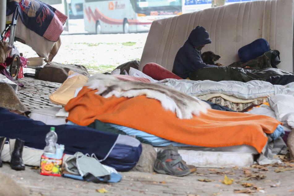 Obdachlose sitzen bei Temperaturen um den Gefrierpunkt unter einer Brücke in Hamburg.