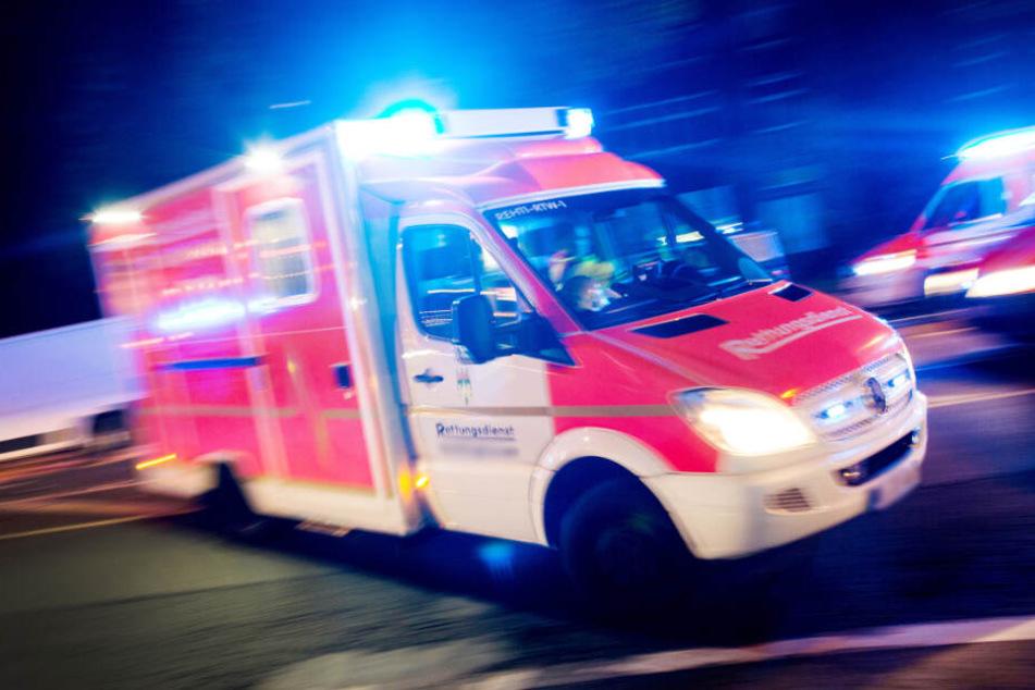 Ein Rettungswagen machte sich umgehend auf den Weg zum Tatort. (Symbolbild)