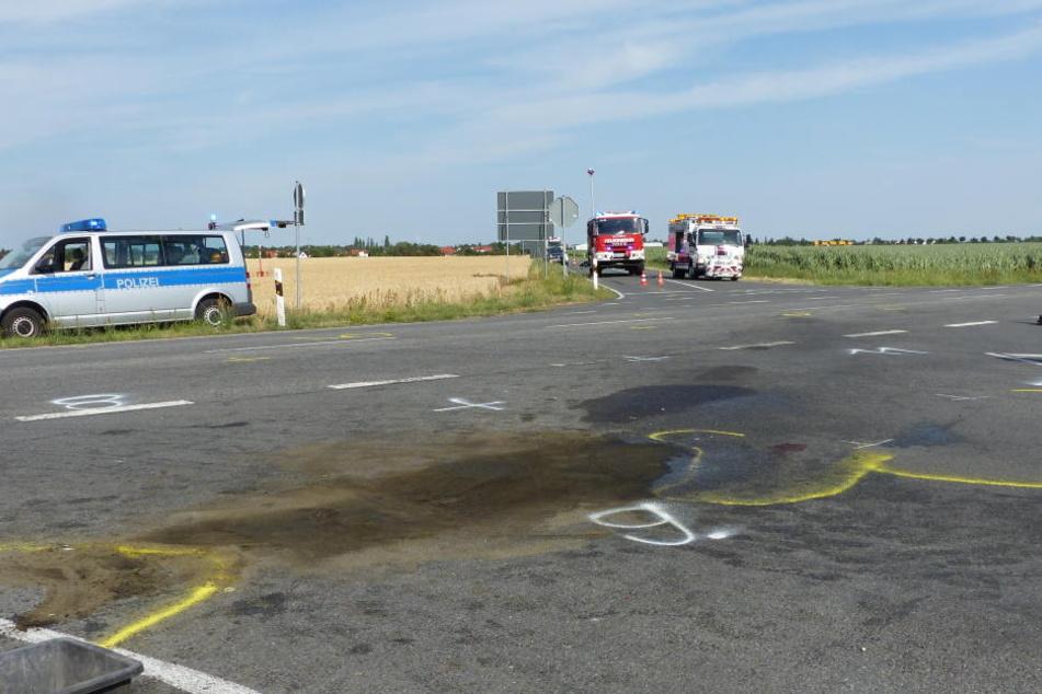 Eine große Öllache befindet sich nach dem Abtransport der beiden Unfallfahrzeuge auf der Kreuzung der B184. Beim Unfall starb ein 24-jähriger Leipziger.