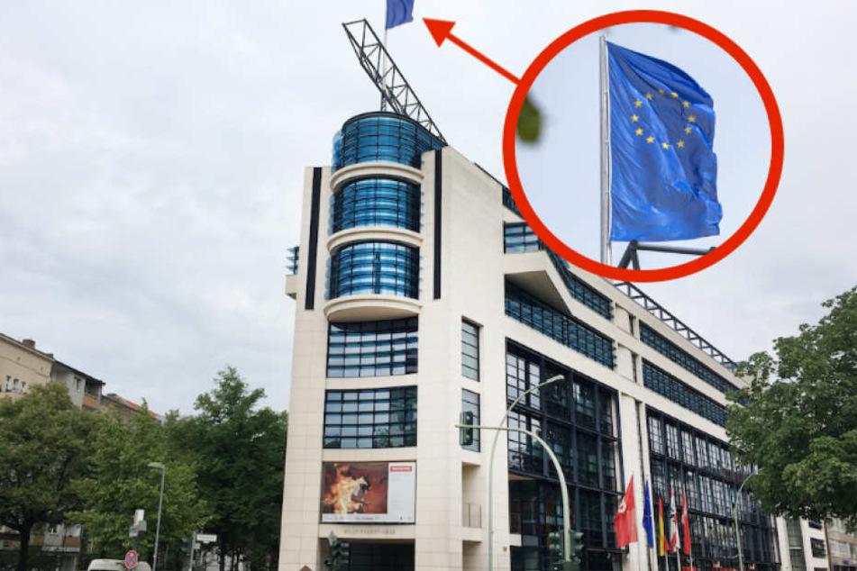 Über dem Berliner Willy-Brandt-Haus weht statt der SPD-Fahne die Europa-Flagge.