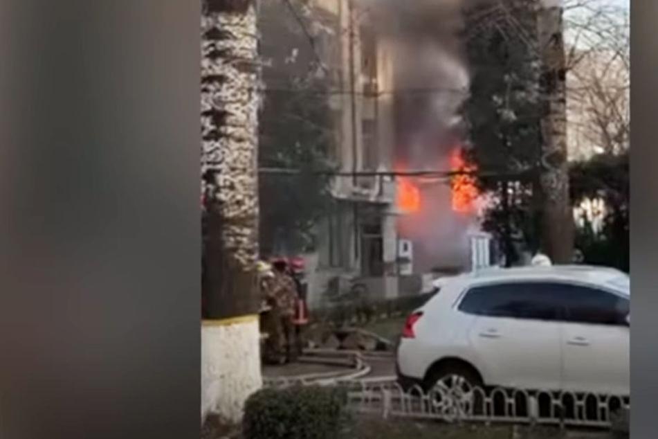 Mehrere Stockwerke des Uni-Gebäudes fingen infolge der Explosion Feuer.