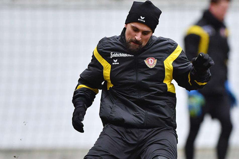 Dynamos bisher einziger Neuzugang Marcos Alvarez trat gestern auch mal gegen den Ball, verzichtetet aber auf die Spielformen.