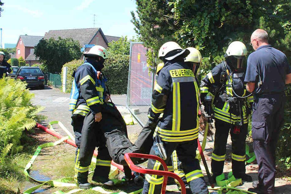"""Geschafft: Das """"Opfer"""" konnte von den Feuerwehrmännern erfolgreich geborgen werden."""