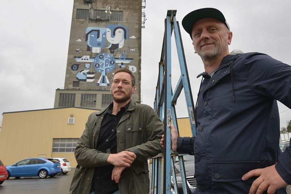Mit Pinsel, Quast und Rolle trugen die Künstler Marcel Baer (43) und Andreas Glauch (50) das Wandbild am Förderturm auf.