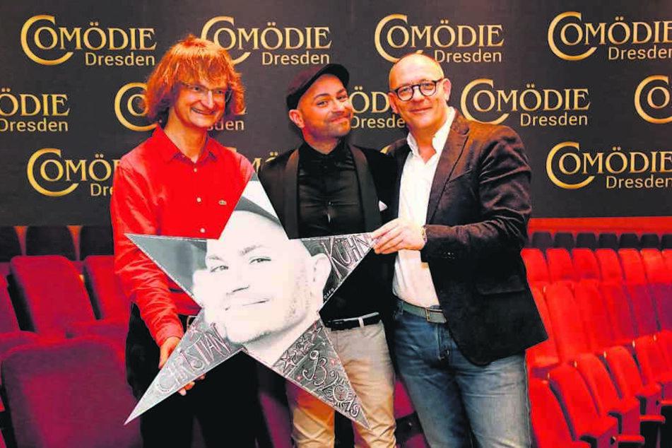 """Comödien-Geschäftsführer Olaf Maatz (r.) und Künstler Kay """"Leo"""" Leonhardt (l.) überreichen Christian Kühn den Stern."""
