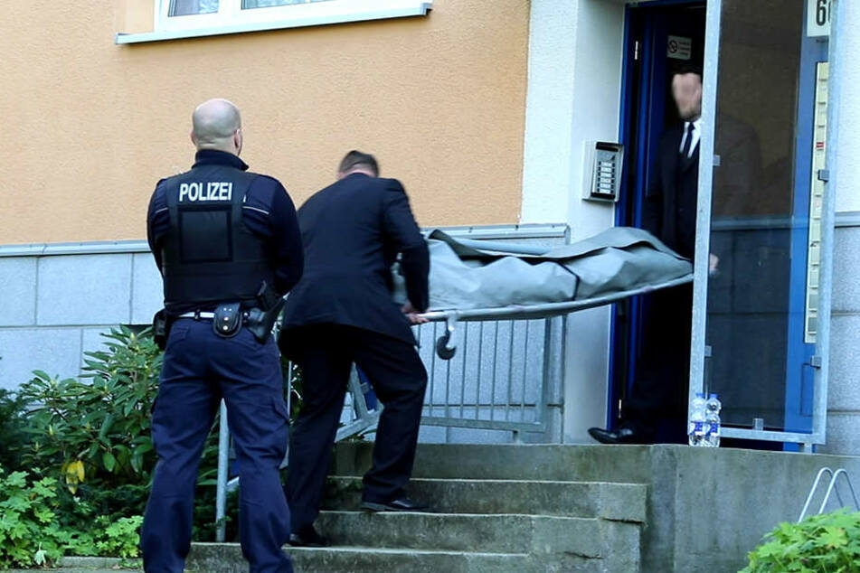 Bestatter bringen die Leiche der Ehefrau in die Gerichtsmedizin.
