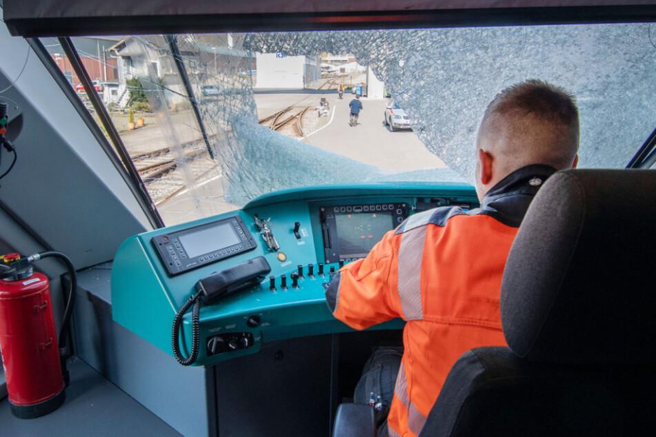 Gullydeckel-Anschlag auf Zug nur vorgetäuscht? Lokführer vor Gericht!