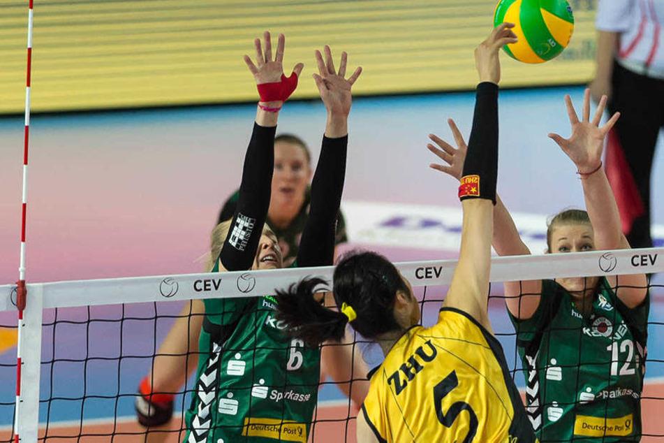 Der DSC-Block Lucie Smutna und Jennifer Cross streckt sich vergeblich gegen den Angriff von Istanbuls Ting Zhu.