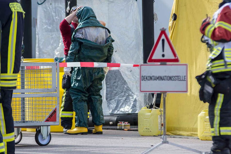 Einsatzkräfte mussten sich mit speziellen Chemikalienschutzanzügen (CSA) ausrüsten.