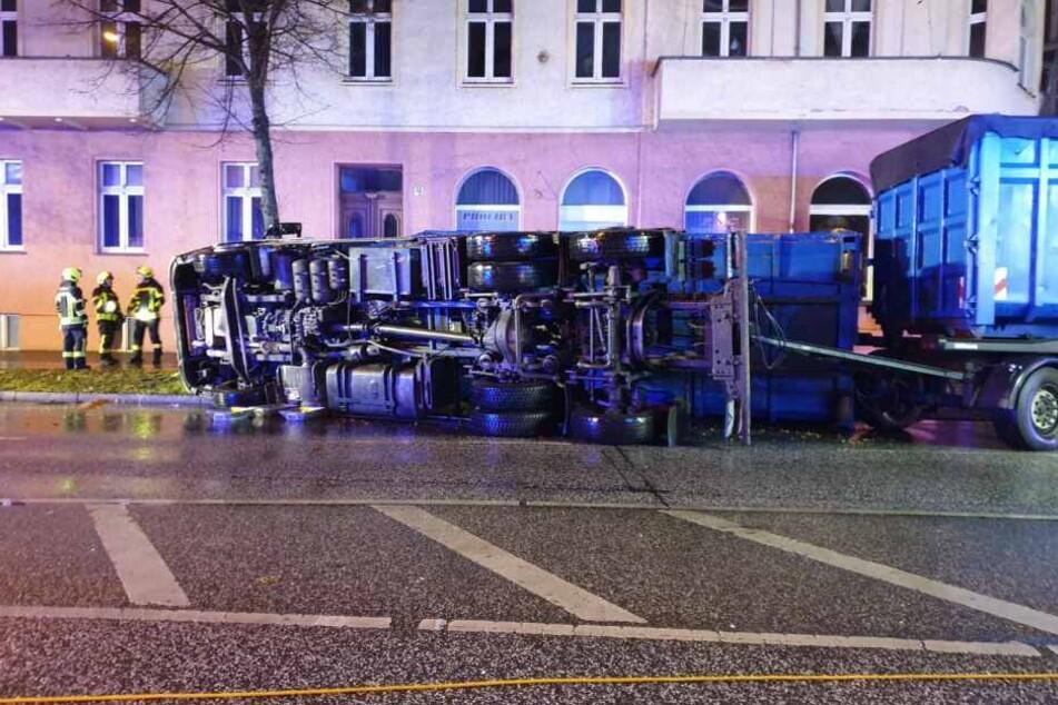 Ein Lkw ist in Potsdam in einer Kurve umgekippt und gegen einen Baum geknallt.