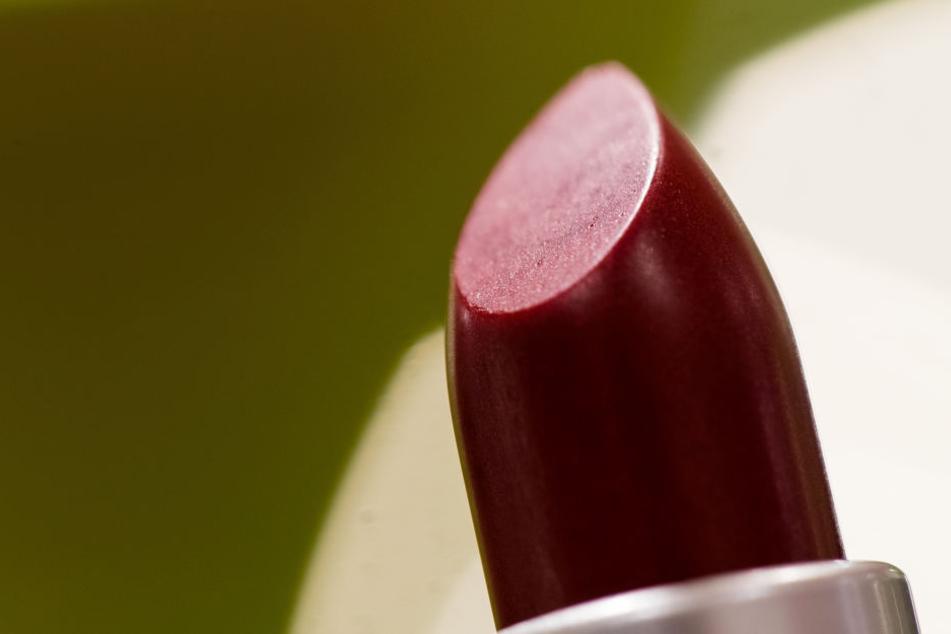 Roter Lippenstift mit dem Farbstoff Karmin.