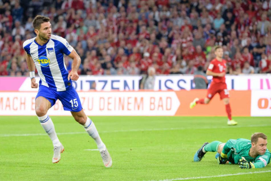 Marko Grujic (l.) schiebt zur 2:1-Führung für die Hertha ein. Manuel Neuer liegt geschlagen am Boden.