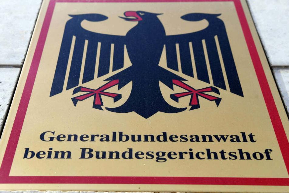 """Ein Hinweisschild mit Bundesadler und dem Schriftzug """"Generalbundesanwalt beim Bundesgerichtshof"""" ist an der Bundesanwaltschaft angebracht."""