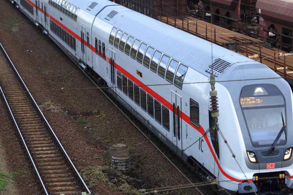 Der Ersatzzug brauchte rund drei Stunden, um die liegengebliebenen Fahrgäste zu erreichen (Symbolbild).