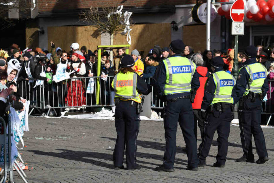 Die Polizei sicherte im Rheinland den Straßenkarneval ab.