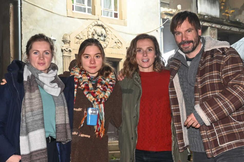 Feucht-kalter Drehtag: Cornelia Gröschel (31), Hannah Schiller (19), Karin Hanczewski (37) und Wanja Mues (45, v.l.).