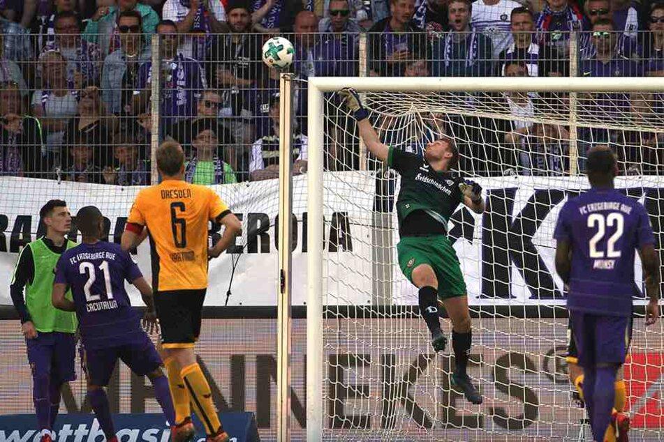 Gefährlich! Schwäbe kratzt den Ball im letzten Moment nach einer ekligen Bogenlampe von Nazarov aus dem Winkel.