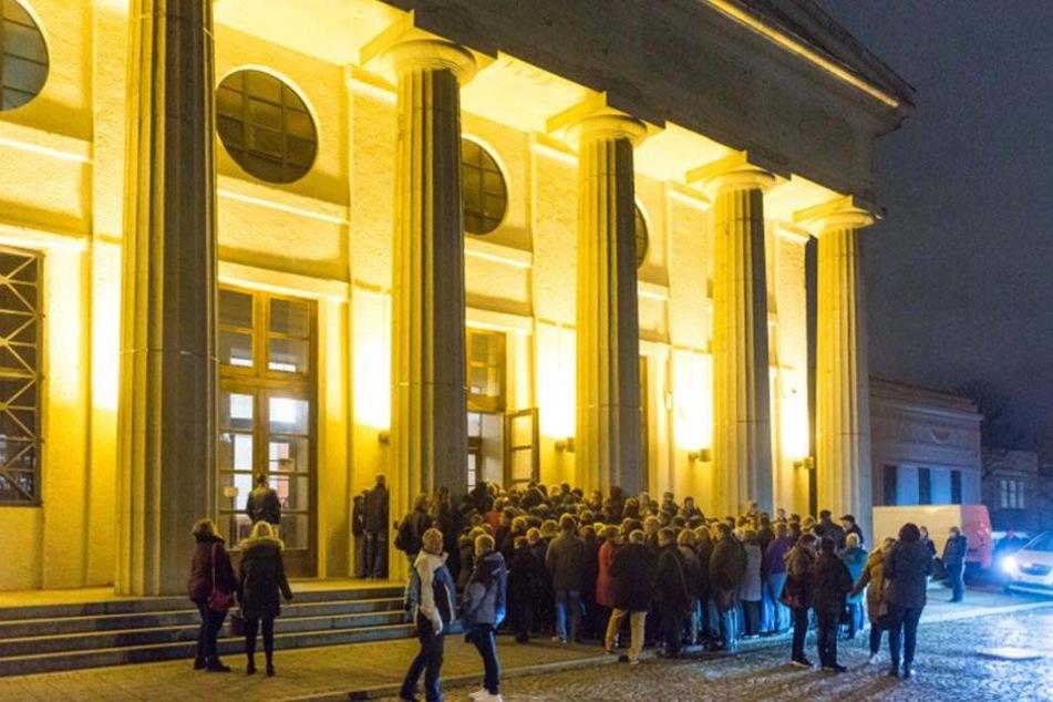Draußen warten Fans, drinnen wird geprobt: Der Eventpalast wurde für zwei Tage zum Schlagerparadies.