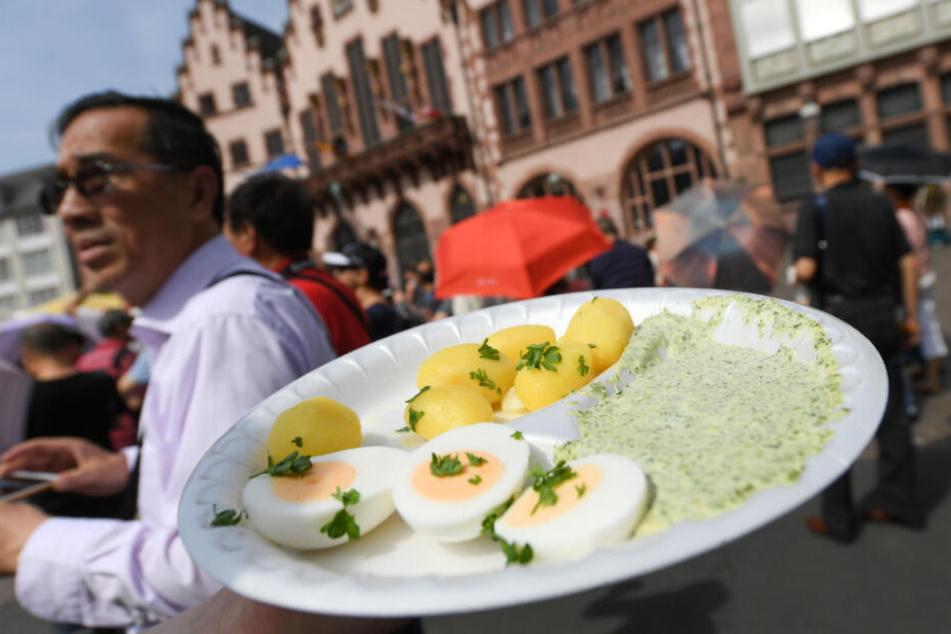 Traditionell wird die Grüne Soße mit Kartoffeln und hartgekochten Eiern verspeist.