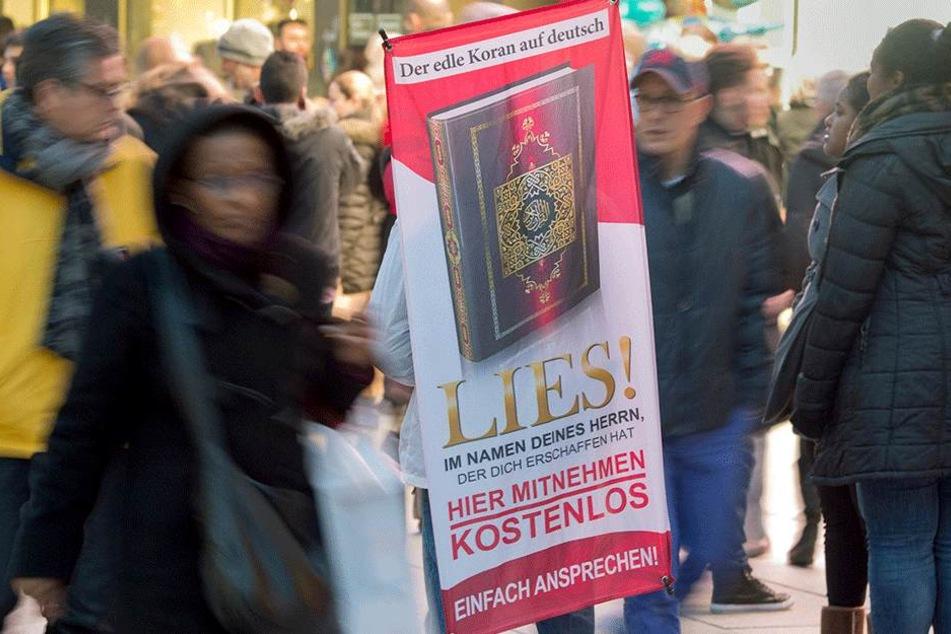 """Mit einer Großrazzia in zehn Bundesländern ist die Polizei auch gegen die umstrittenen Koran-Verteilaktionen """"Lies!"""" vorgegangen."""