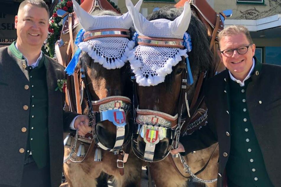 Harald Stückle, Betriebsleiter der Spaten Brauerei (l.) und Bernhard Klier, Spaten Geschäftsführer mit einem Pferdegespann in München.