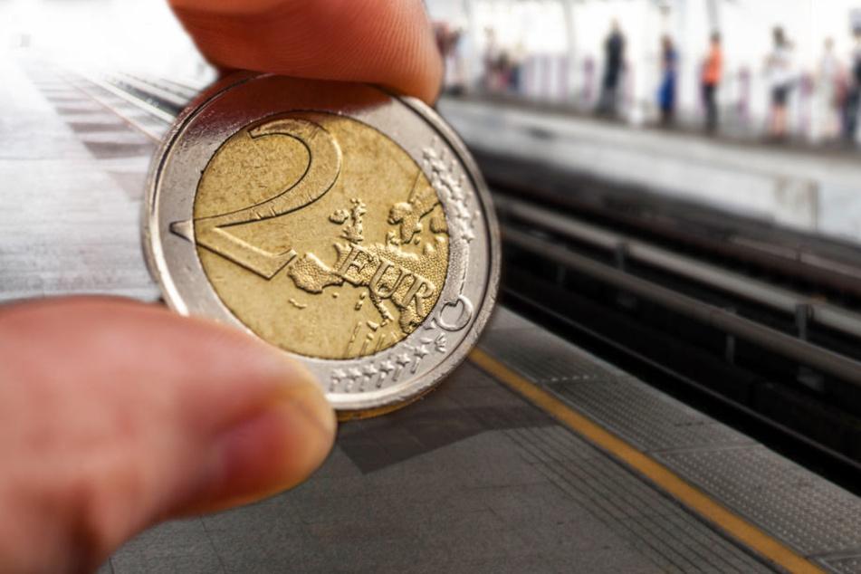 Offensichtlich ohne über die Lebensgefahr nachzudenken, kletterte er in das Gleisbett um das Geld zu bergen. (Symbolbild)