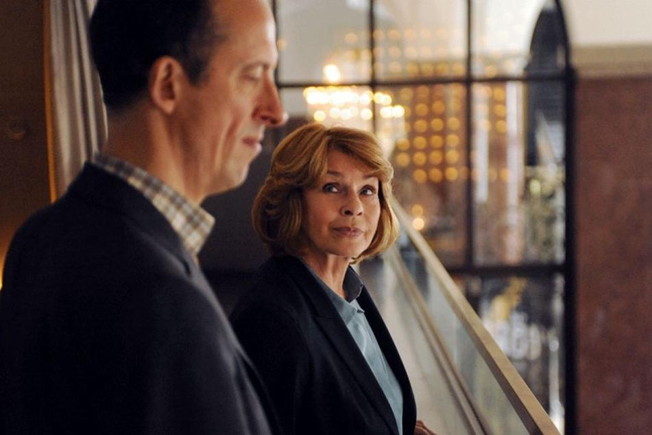 """Andre Langner (Rudolf Krause) und Dr. Eva Maria Prohacek (Senta Berger) in einer Szene der Krimi-Reihe """"Unter Verdacht - Verlorene Sicherheit"""""""