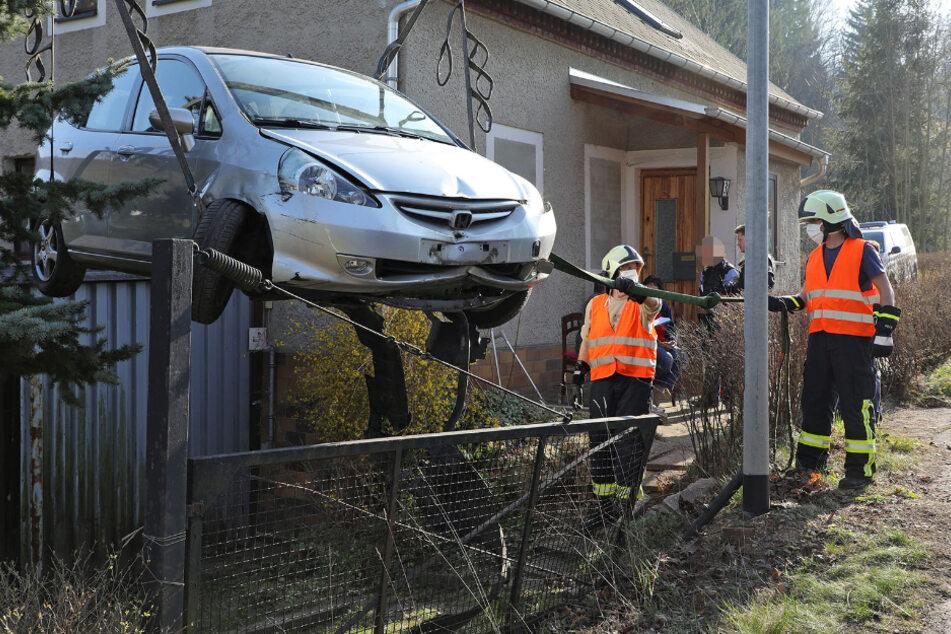 Das Fahrzeug musste durch die Lüfte aus dem Anwesen entfernt werden.
