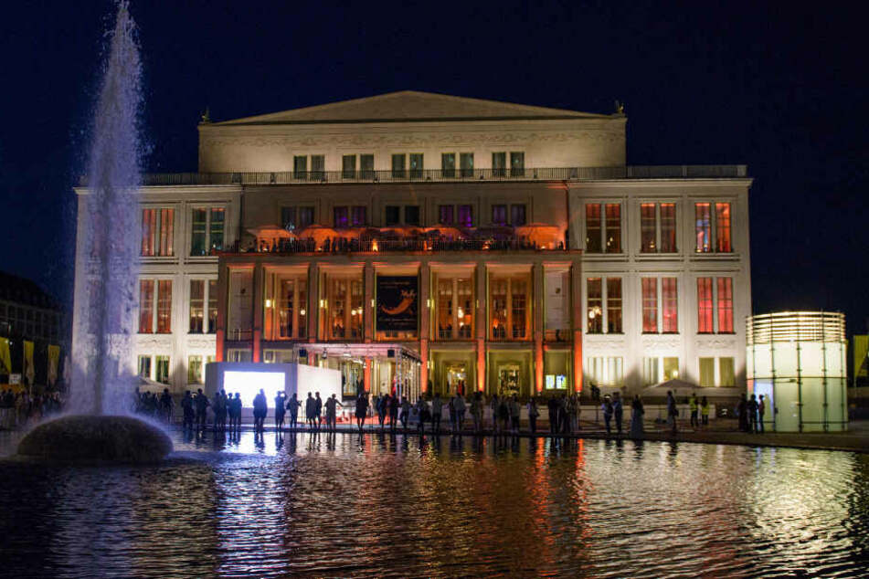 Die Gruppe hatte sich auf den Treppen der Leipziger Oper versammelt.