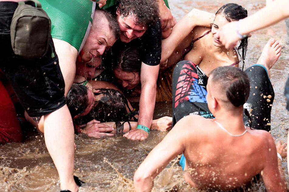 Es wurde mit vollem Körpereinsatz gefeiert, so auch am ersten Tag beim traditionellen Schlammbad.