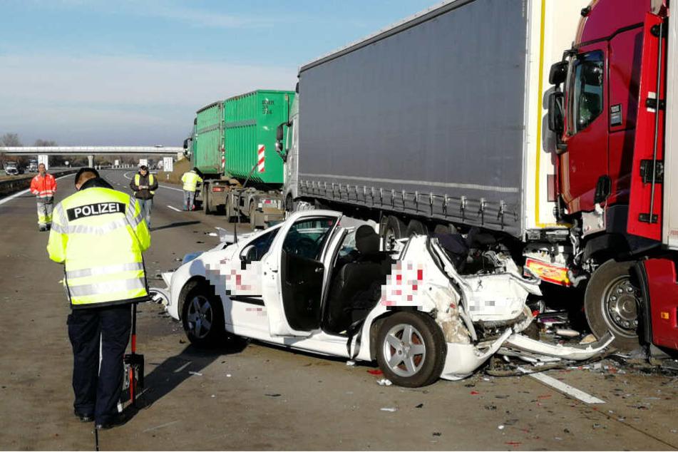 Die beiden Frauen auf der Rückbank wurden lebensbedrohlich verletzt, Fahrer und Beifahrer erlitten schwere Verletzungen.