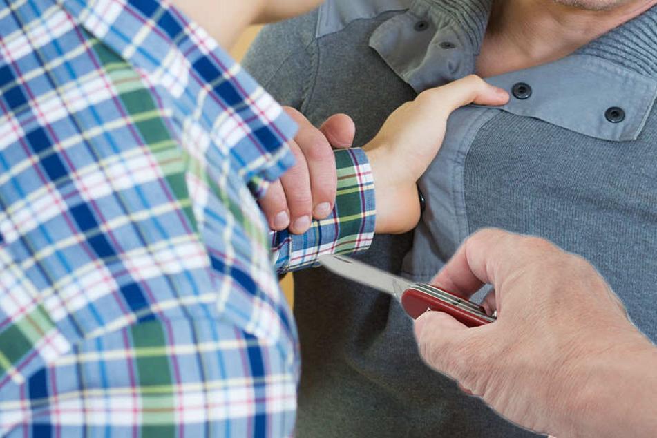 Der Streit um Schulden eskalierte komplett. Der Angeklagte zückte ein Taschenmesser. (Symbolbild)