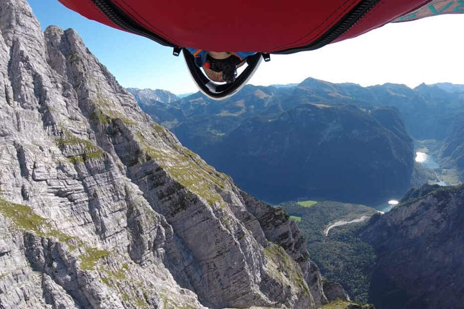 Der 31-jährigen Niklas Winkler fliegt bei seinem Sprung vom Watzmann auf den Königssee zu.