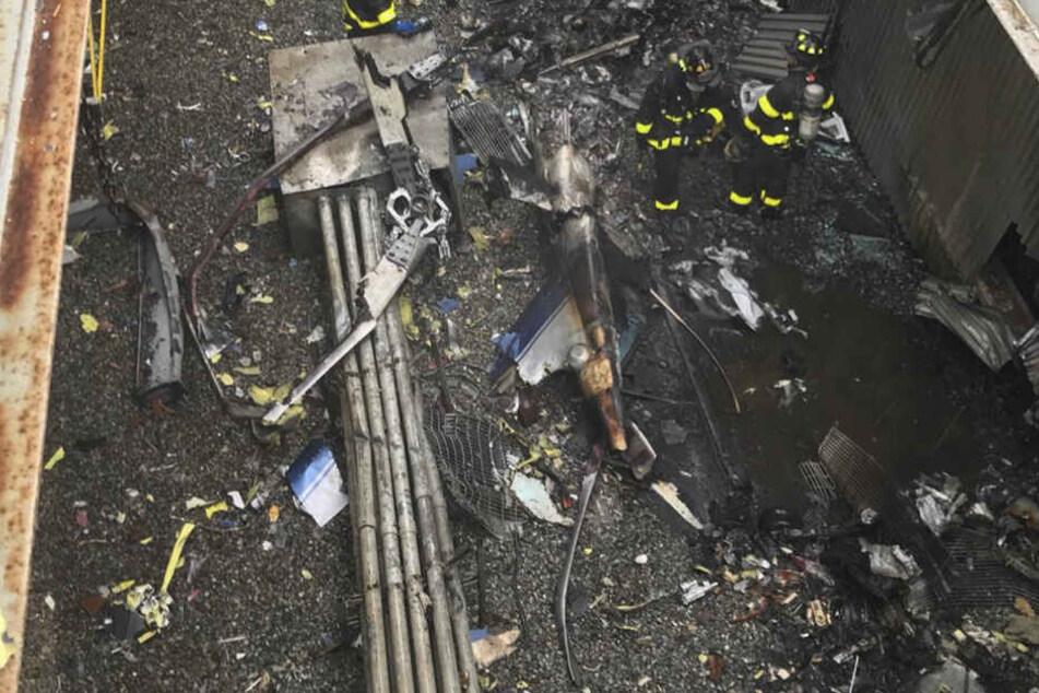 Durch den Hubschrauberabsturz sind auf dem Dach eines Hochhauses erhebliche Schäden verursacht worden.